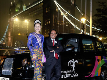 Arief Yahya and Miss Tourism Indonesia outside the cab near Tower Bridge
